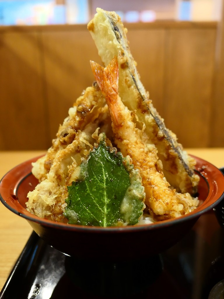 体に良い米油だけで揚げられた軽くてサクサクの天ぷらがたっぷり乗った凄いボリュームの天丼が平日限定でたった500円で食べられます!! お初天神通り商店街 「天ぷら海鮮 五福 お初天神店」