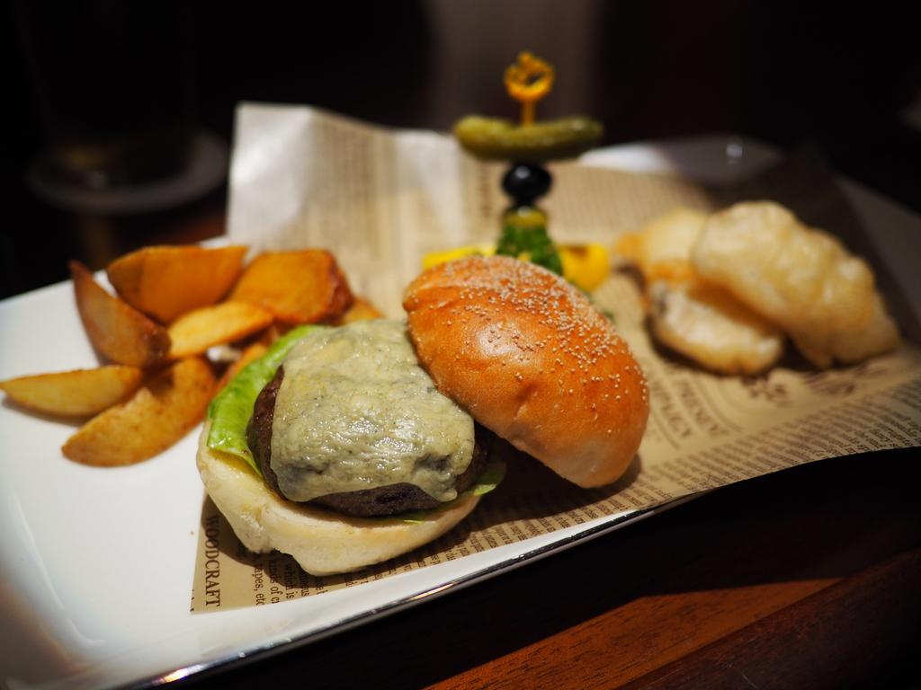 """オーセンティックバーの """"英国フェア"""" でブルーチーズバーガーとフィッシュ&チップスとジントニックをいただきました! 帝国ホテル大阪 「オールドインペリアルバー」"""