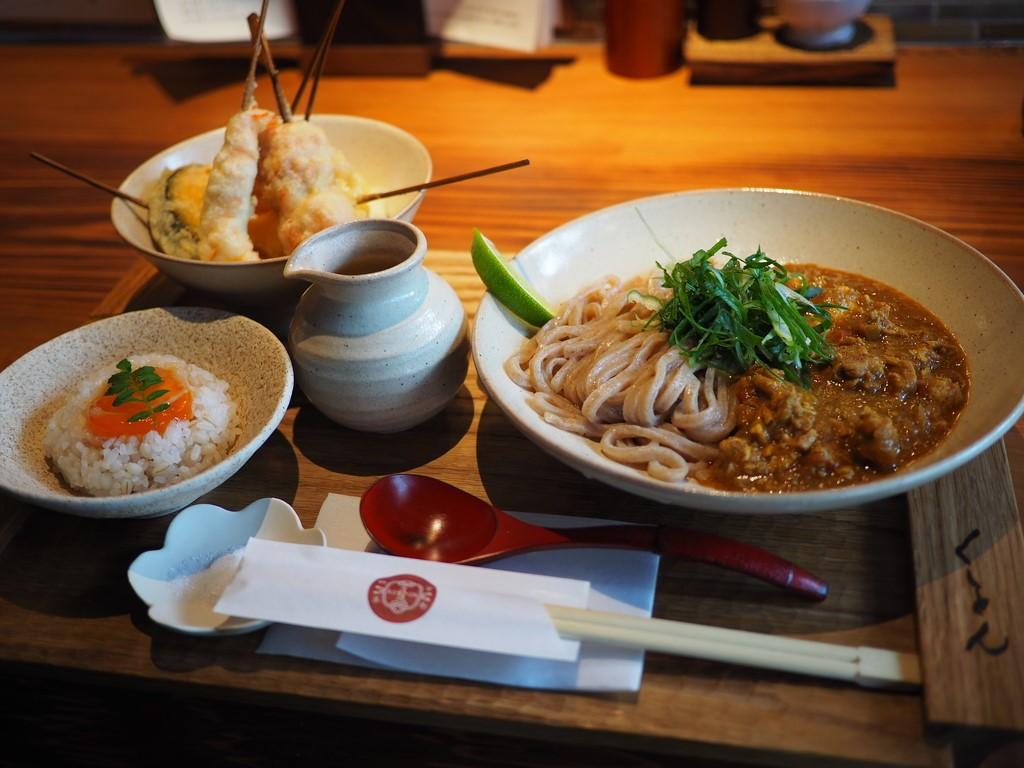 京町屋をリノベーションしたお洒落な空間で本格的な味わいのキーマカレーうどんと京スイーツが楽しめます! 京都市中京区 「京都四条 くをん」