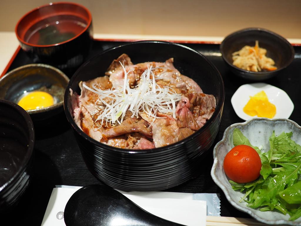 お肉屋さんが経営する厳選されたクオリティの高いお肉料理がお手軽にいただけるお店がオープンしました! 千里中央 「和牛炙り焼割烹 せんりや」