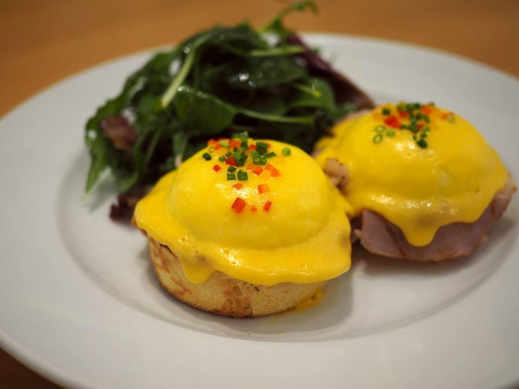 """""""ニューヨークの朝食の女王""""と称賛される行列ができる大人気店でちょっとリッチなエッグベネディクトランチ!  ルクアイーレ 「サラベス 大阪店」"""