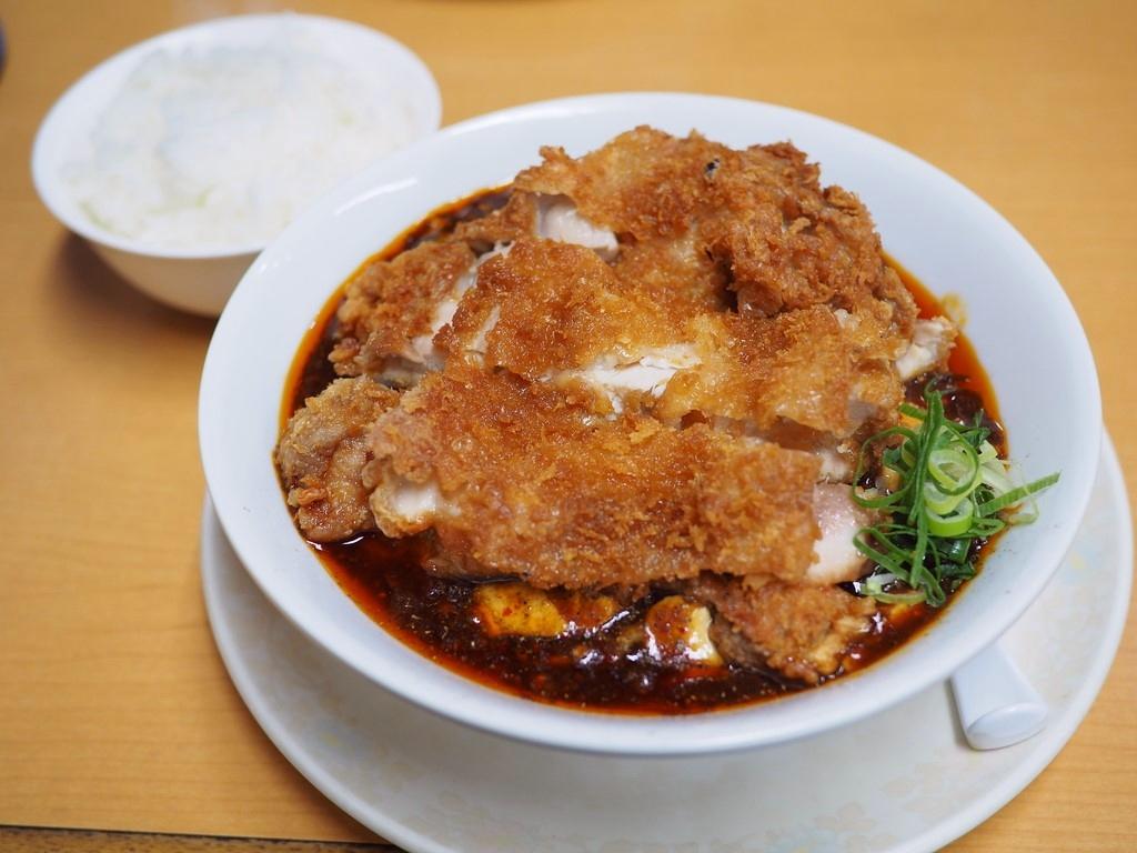 地元で大人気の町中華の巨大チキンカツがトッピングされた麻婆麺は味もボリュームも満足感が高いです! 兵庫県西宮市 「甲子園一貫楼」
