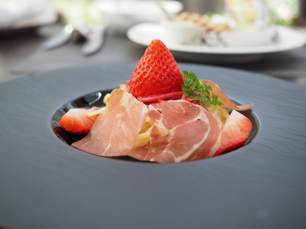 大人気のブッフェ付ランチの春のテーマは『フルーツとお肉』!皆が大好きな絶妙のコラボは美味しくて満足感が高すぎます! ウェスティンホテル大阪 「アマデウス」