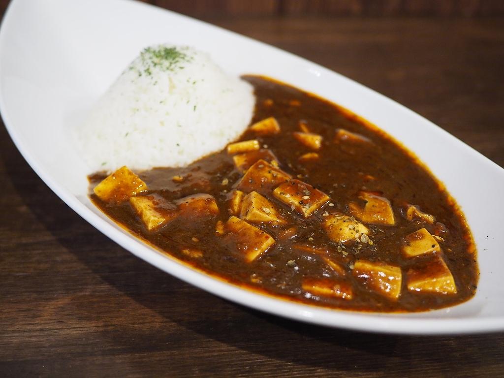 豚骨カレーの旨みと麻辣の辛味と旨みが見事に一体化した完璧な味わいの絶品麻婆カレーが新発売! 桃谷 「豚骨黒カレー MECHA」