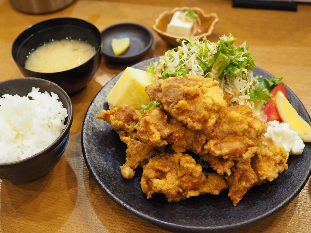 凄まじいボリュームの唐揚げ定食は美味しくてお腹いっぱいになって満足感が高すぎます! 福島区 「料理処 河春」
