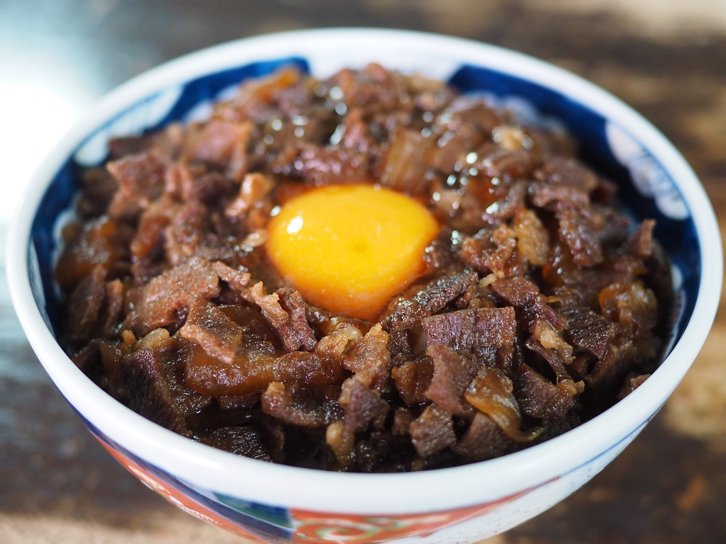 昭和の空気がゆったり流れる年季の入った店内でいただく昔懐かしい味わいの名物肉丼! 福岡県久留米市 「松尾食堂」