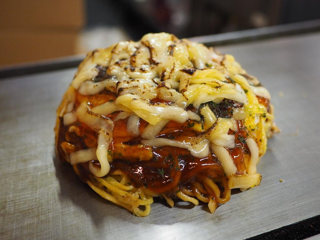 チーズまみれのドーム型のお好み焼きはチーズ好きにはたまらない味わいでした! 広島県 「そぞ」