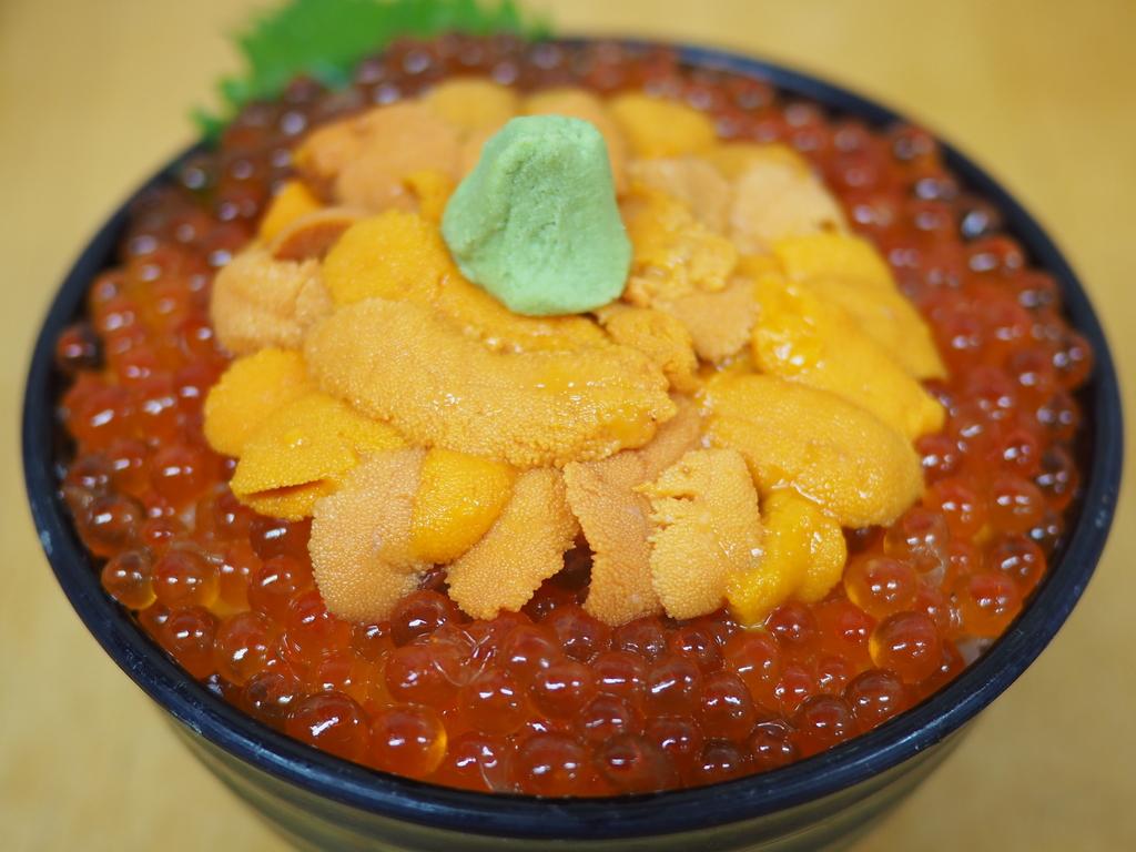 小樽駅横の三角市場内で朝から大繁盛している海鮮料理のお店で贅沢な生うにイクラ丼! 小樽市 「味処 たけだ」