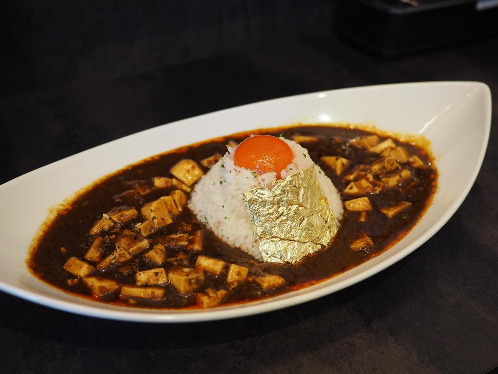 豚骨カレーの旨みと麻辣の辛味と旨みが見事に一体化した完璧な味わいの絶品麻婆カレーの黄金バージョンも最高です! 桃谷 「豚骨黒カレー MECHA」