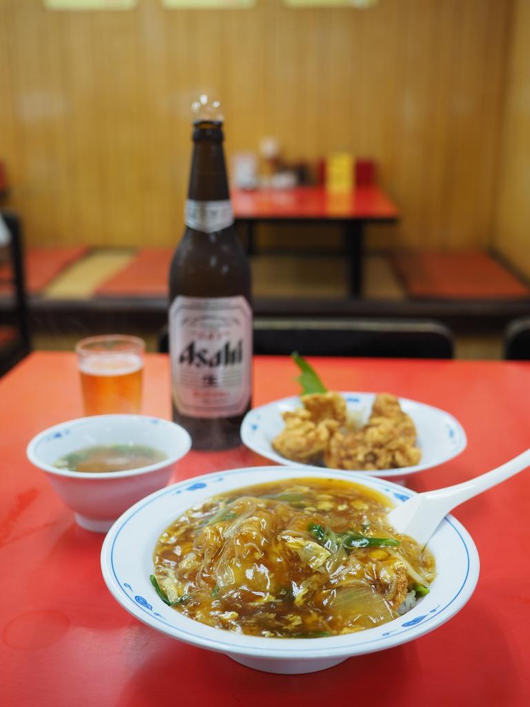 大雨でも朝からひっきりなしにお客さんが訪れる人気町中華で中華風カツ丼! 浪速区桜川 「龍(ロン)」