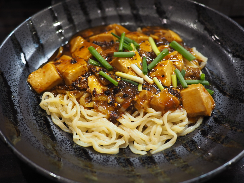 お昼だけ間借り営業の麻婆料理専門店のカレー麻婆麺は病み付きになる味わいです! 天神橋3 「麻婆はなび」