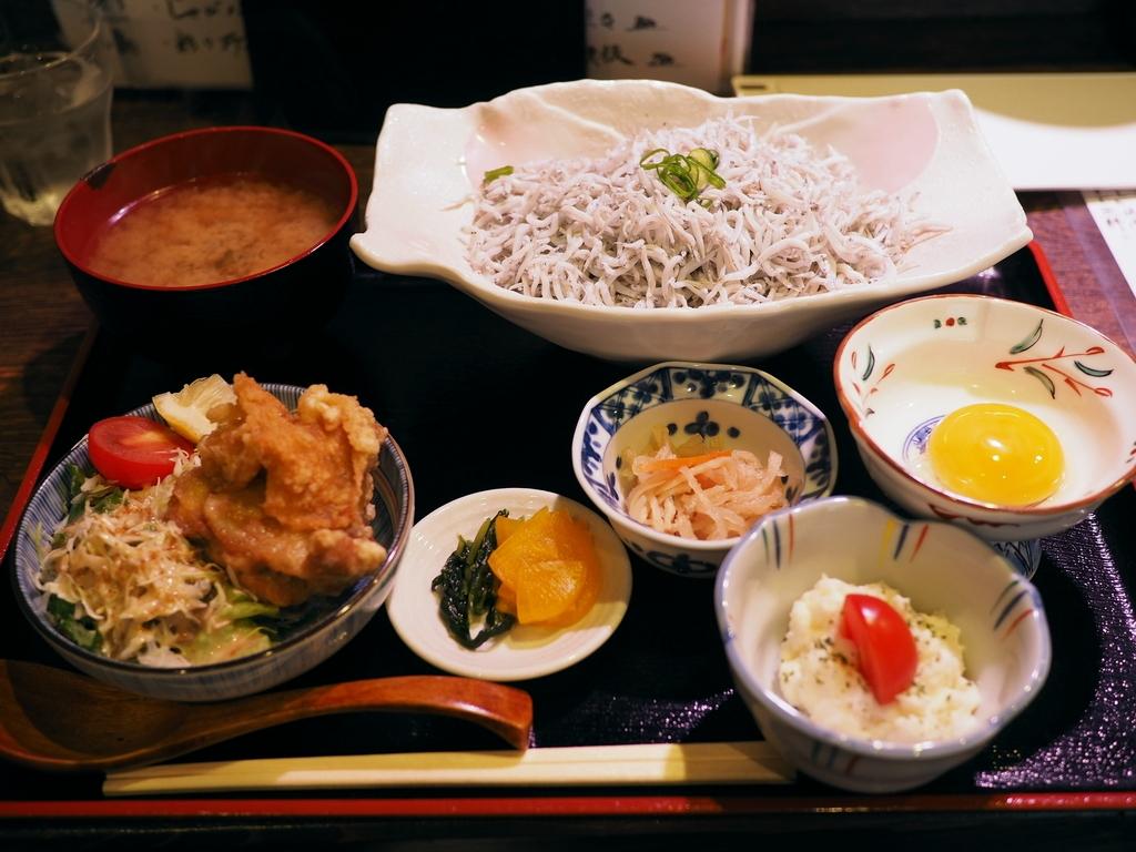 これでもかと乗った釜揚げしらす丼の定食は美味しくてボリューム満点で安くて最高です! 福島区 「炉端焼き じんべえ」