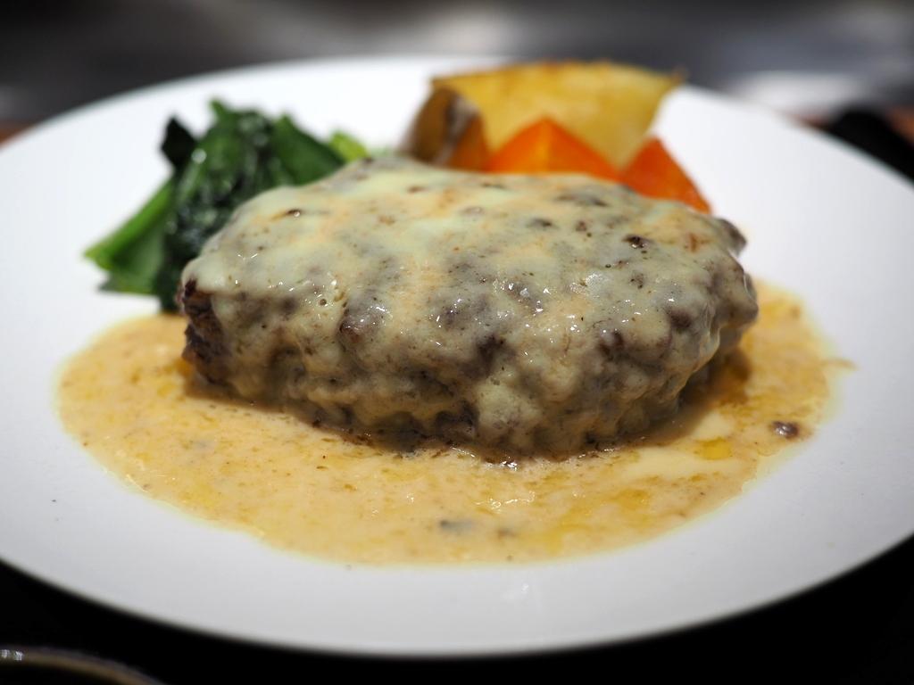牛タンが50%以上配合されたハンバーグにたっぷりチーズがかけられた絶品ハンバーグランチ! 北新地 「北新地EMOI」