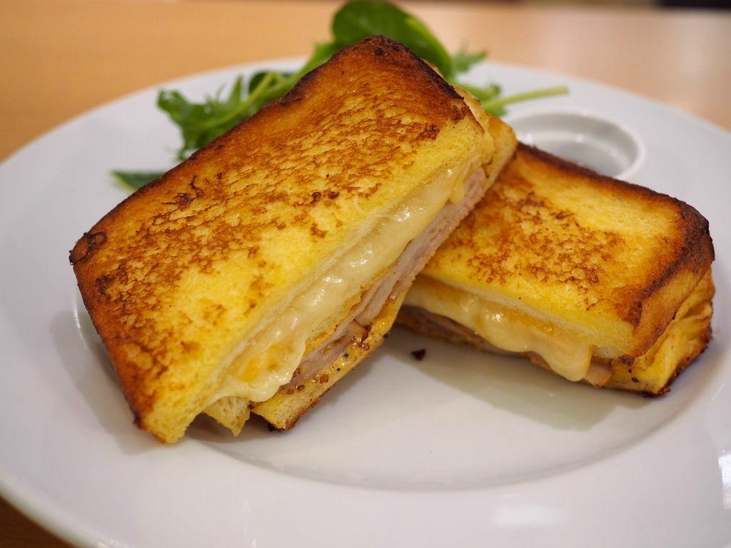 大量のチーズとスモークハムがフレンチトーストでサンドされたリッチな美味しさの高級サンドイッチ! ルクアイーレ 「サラベス 大阪店」