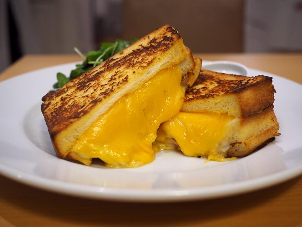 フレンチトーストに大量のチーズとハムがサンドされた見た目も味も悩ましすぎる絶品サンドイッチ! ルクアイーレ 「サラベス 大阪店」