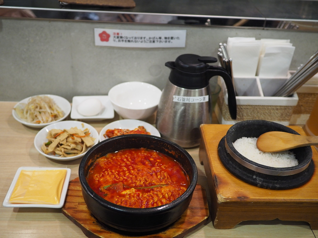 チーズラーメンスンドゥブに炊き立て石釜ご飯と食べ放題の3種類のおかずが付いたランチセットは満足感がとても高いです! 梅田 「韓国料理 bibim'(ビビム) ルクア大阪店」