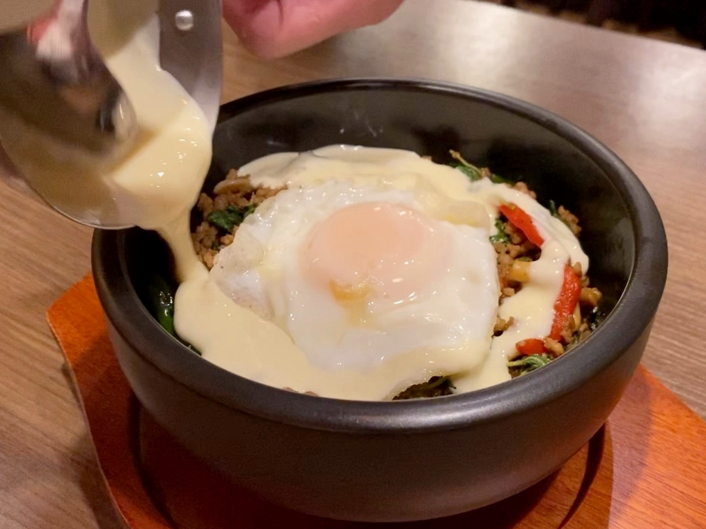 タイ料理の定番ガパオライスにトロトロチーズがかけられたチーズ好きにはたまらないメニューが登場! 梅田 「クンテープ ルクア大阪店」