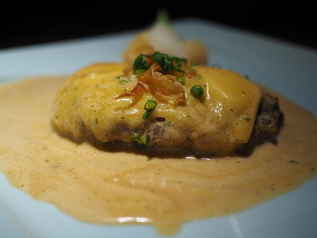 一度食べると間違いなくハマるガーリックバターソースたっぷりのチーズハンバーグ! 東京都千代田区 「旬菜ステーキ処 らいむらいと」