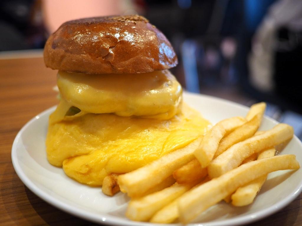 行列が出来る人気ハンバーガーショップのチーズが滝のように流れ出たスーパーチーズバーガー! 東京都千代田区 「バーガー&ミルクシェイク クレィン」
