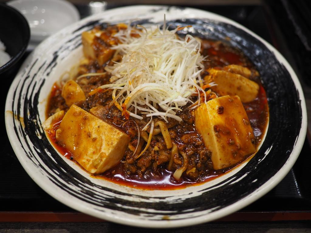 冷たい麺に熱々の麻婆豆腐がかかった夏季限定の冷やし麻婆麺! 阪急三番街 「つけめんTETSU 阪急三番街店 」