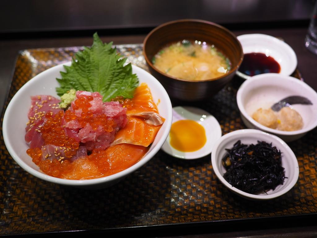 東京築地と大阪黒門で人気の豪華海鮮丼がとてもリーズナブルにいただけます! 北区大淀南 「市場カフェ 黒銀」