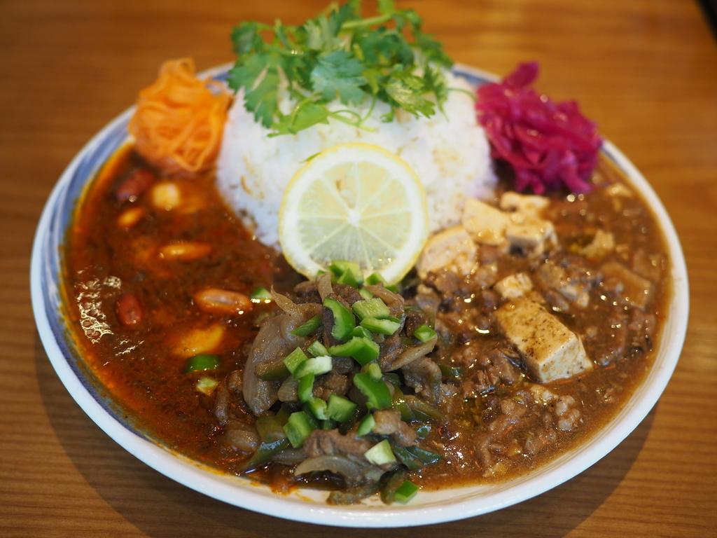 中華ベースのオリジナルカレーは深い旨味と爽快なスパイス感が絶妙でハイレベルな味わいです! 北区堂山町 「大衆中華酒場 ひよこ飯店」