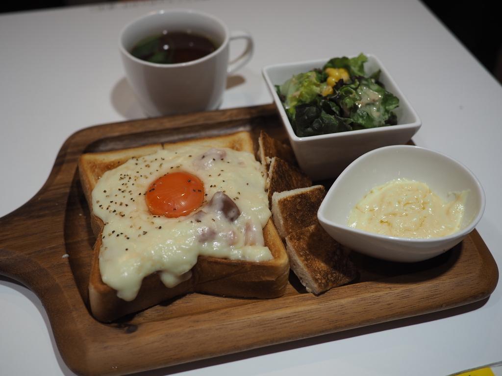 チーズをたっぷりかけるカルボナーラトーストは濃厚な旨味がたまりません! 谷町四丁目 「麺とかき氷 ドギャン 谷四店」