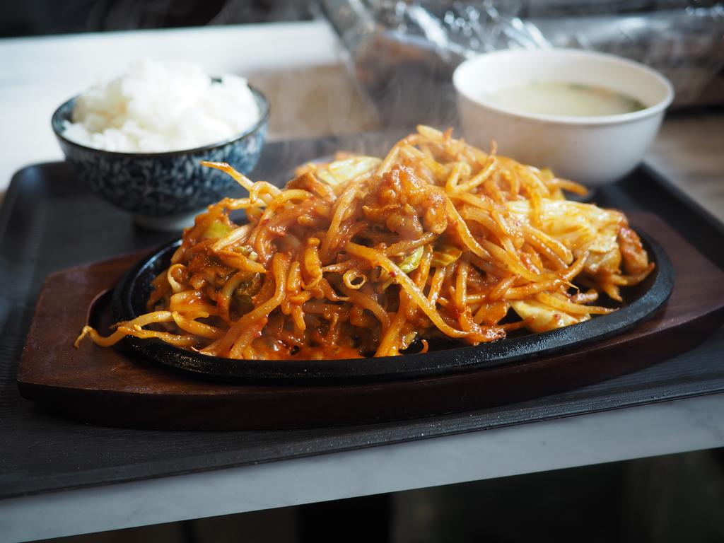 甘辛い味噌だれが絡んだ大量の野菜とホルモンはご飯が止まらなくなる味わいです! 福島区 「もみだれ辛ホルモン 獅子楼」