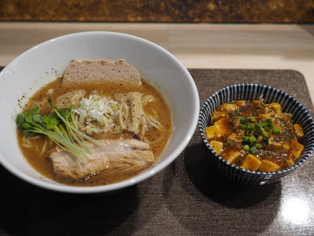 鶏のテリーヌが乗ったオリジナリティあふれる醤油白湯と本格的な味わいの麻婆丼のお得すぎるランチセット! 福島区 「馬鹿羅's」