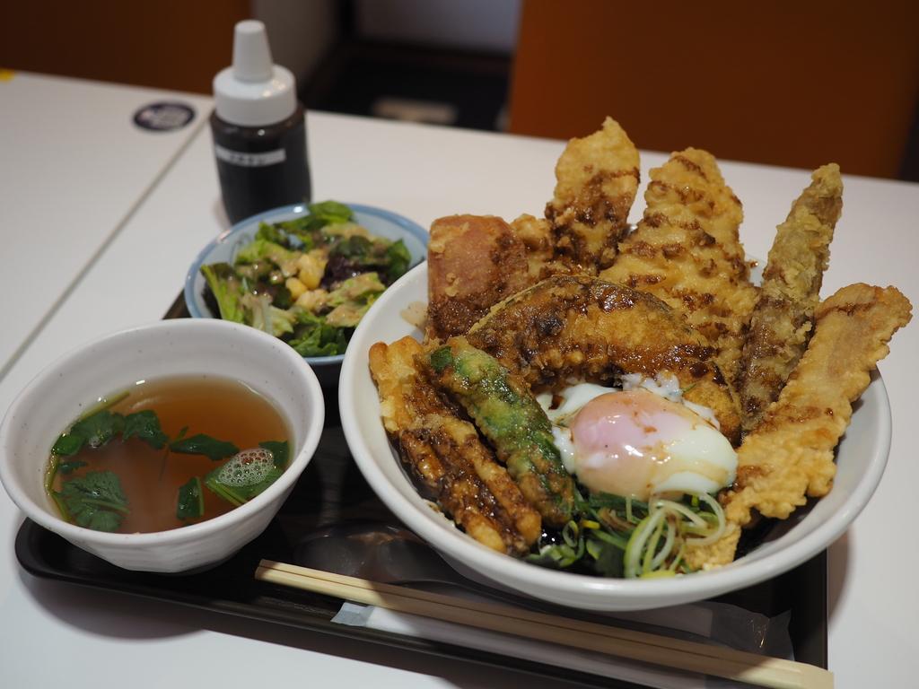 ブランド鶏やブランド豚の天ぷらがぎっしり乗ったボリューム満点でとても美味しい天丼がリーズナブルでお値打ちです! 谷町四丁目 「麺とかき氷 ドギャン 谷四店」