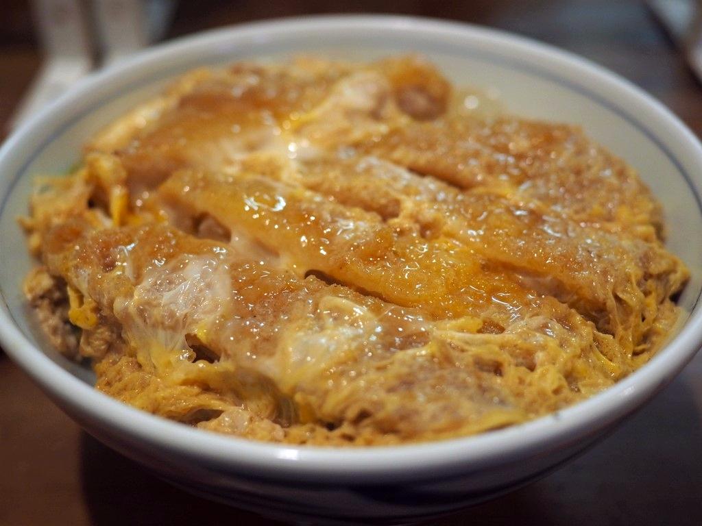 地元で大人気の老舗お蕎麦屋さんのお出汁の効きまくったかつ丼がしみじみ旨い! 西天満 「衣笠そば」