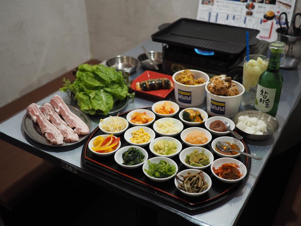 14種類のナムルやキムチを巻いて色んな味が楽しめるサムギョプサルが旨い! 大和西大寺 「韓国チキンとサムギョプサル ニャムニャムニャム」