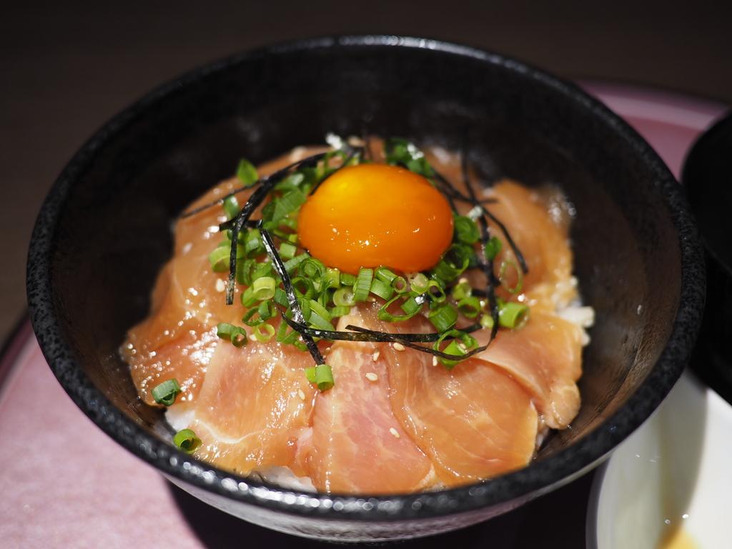 鶏農家のまかないで食べられていた贅沢なブランド鶏の大摩桜の漬け丼が旨すぎます! 梅田 「極み鶏料理 だいまおう」