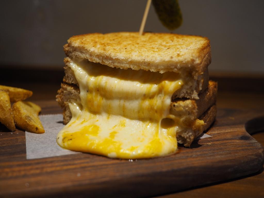大量のチーズがはみ出した見た目も味も抜群のサンドイッチが食べられるお洒落なカフェ! 名古屋市 「リバティサンド 」