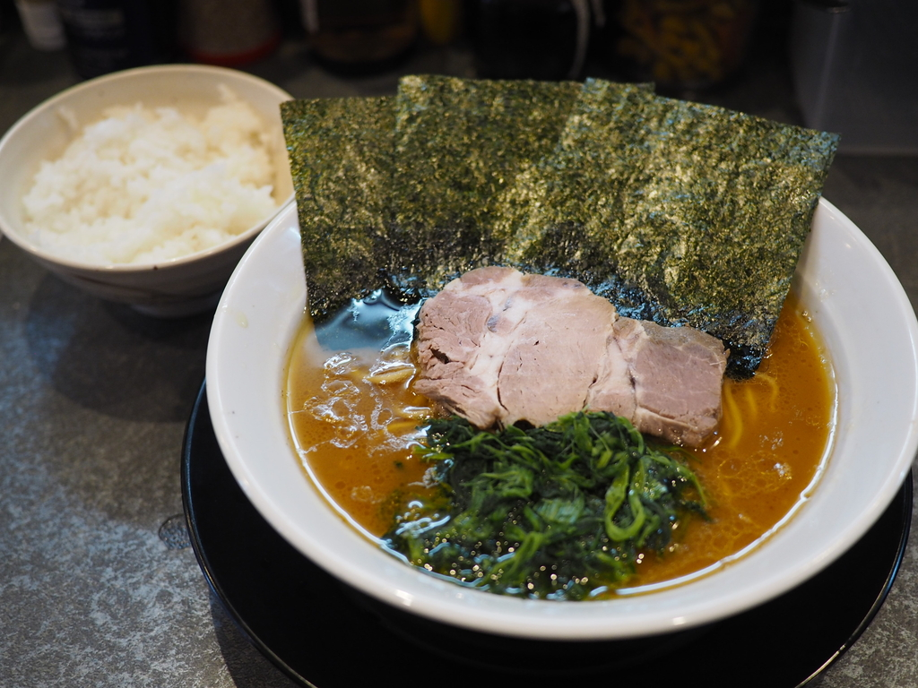 行列が出来る大人気横浜家系ラーメンはガツンとパンチがあってたまに無性に食べたくなる癖になる味わいです! 旭区大宮 「そらの星」