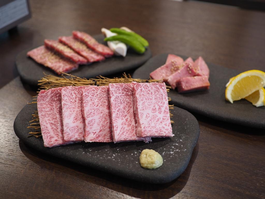 日本最高峰黒毛和牛の宮崎牛のA5ランクのお肉がありえない価格で食べられて、今なら並タン無料!ファーストドリンク全員無料の太っ腹キャンペーン実施中! 鶴見区 「焼肉家族 華々亭」