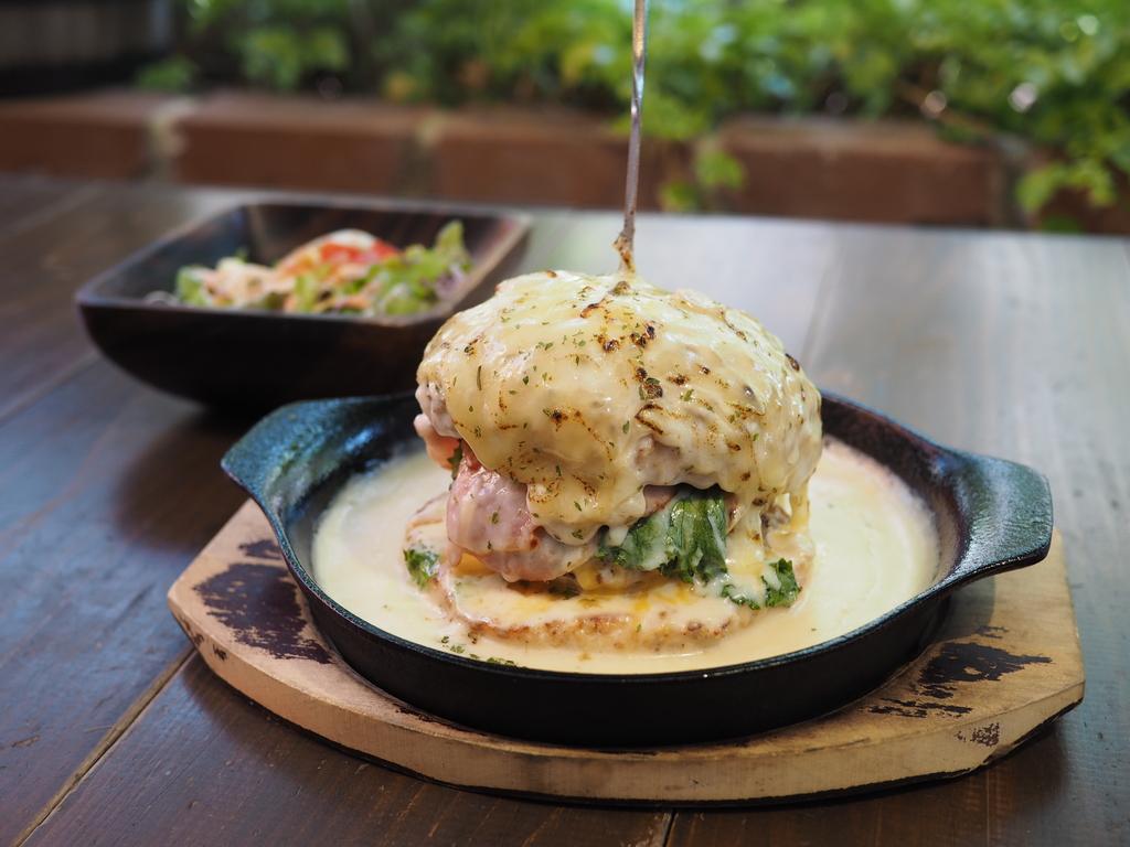 地元で大人気のカフェの大量のチーズとグラタンに覆われたハンバーガーが激ウマです! 東大阪市 「フィーシスカフェ」