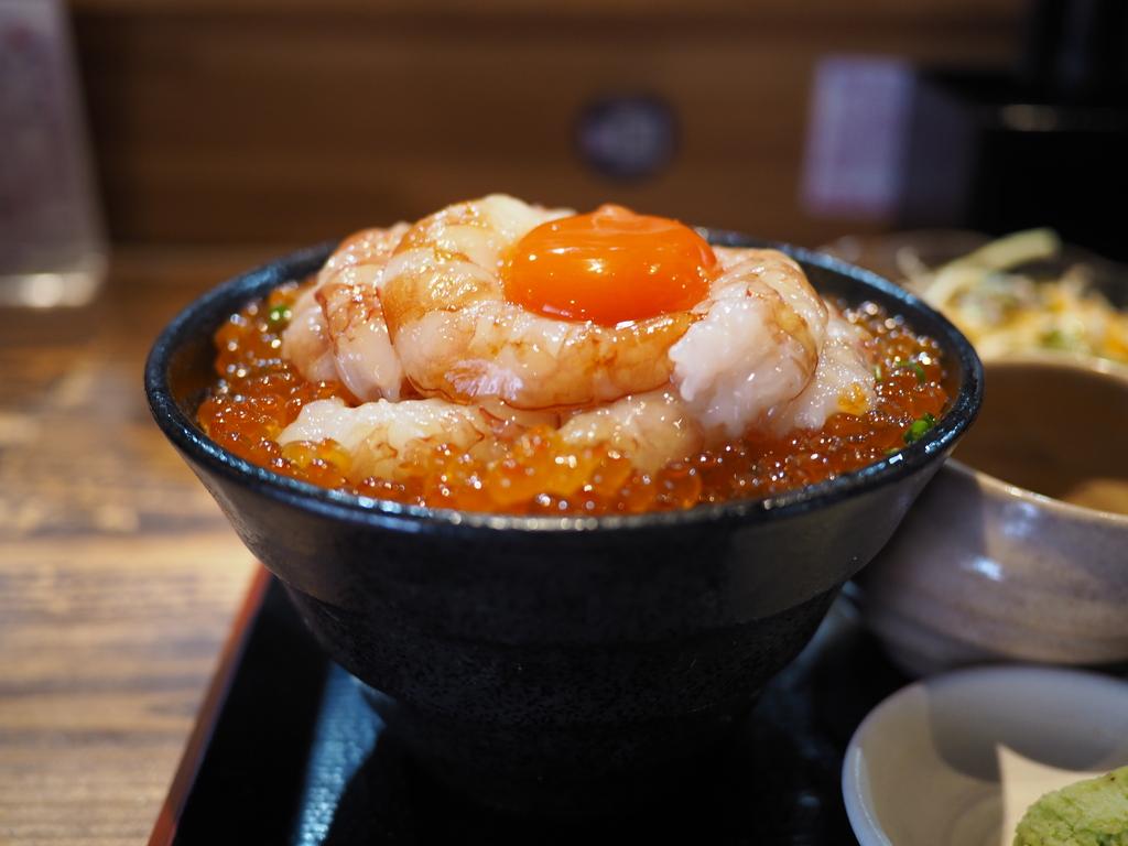 巨大極太の生海老が大量に乗った豪華な生エビユッケ丼は海老好きにはたまらない味わいです! 福島区 「多幸屋3組」