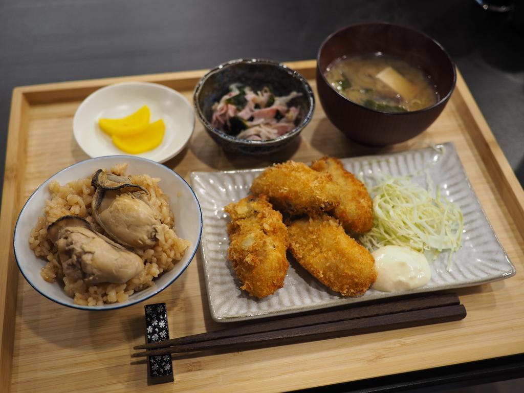 瀬戸内産の大粒の牡蠣を使用した牡蠣料理専門店の牡蠣づくし定食はめちゃくちゃお値打ちです! 福島区 「結笑和(ゆにわ)」